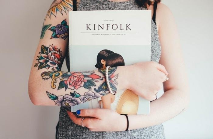 ideas extravagantes y originales de tatuajes para mujeres en el brazo, mujer con brazo entero en tatuajes de color con motivos florales