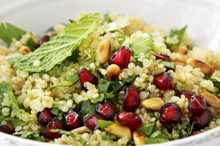 ensalada de quinoa receta original, quinoa blanca cocida con hojas de menta, frutas pequeñas y maíz