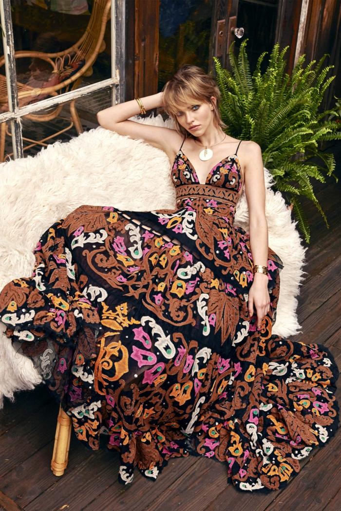 ideas de vestidos largos hippies, vestido maxy con larga falda y motivos florales en beige, marrón y rosa, escote en v y correas finas