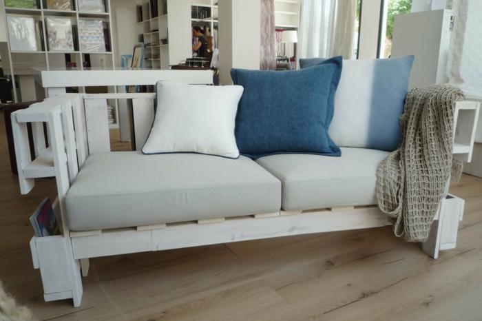bonitas ideas de decoracion con palets, salon moderno decorado en colores pastel, sofá en beige y cojines en azul