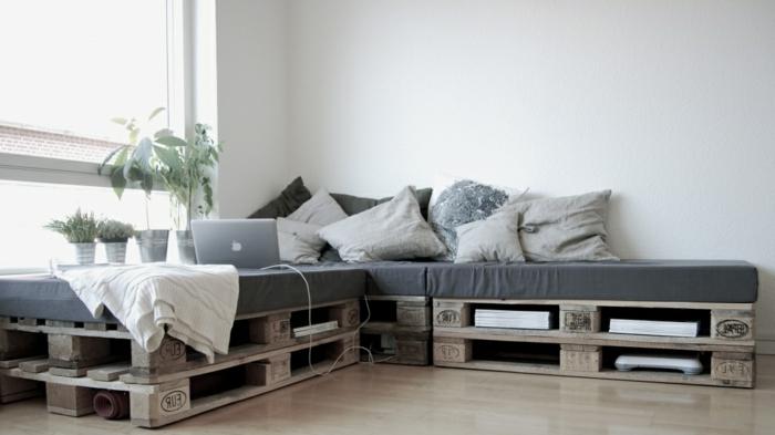 decoracion con palets de encanto, proyectos DIY para decorar la casa, sofá de palets de madera con colchonetas en gris