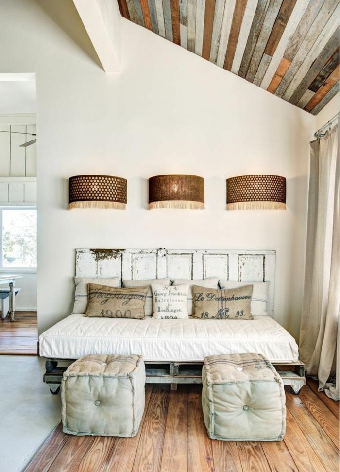 espacio en estilo vintage con techo inclinado, muebles hechos con palets y cama vintage con cabecero