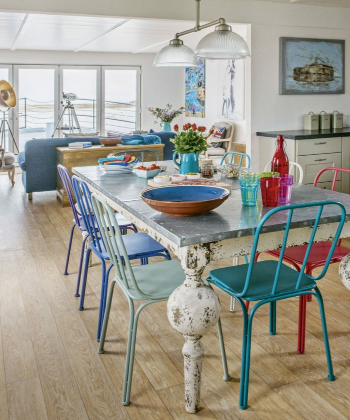 salon comedor bonito en colores llamativos, decoracion de salones en estilo vintage, suelo de parquet y paredes en blanco