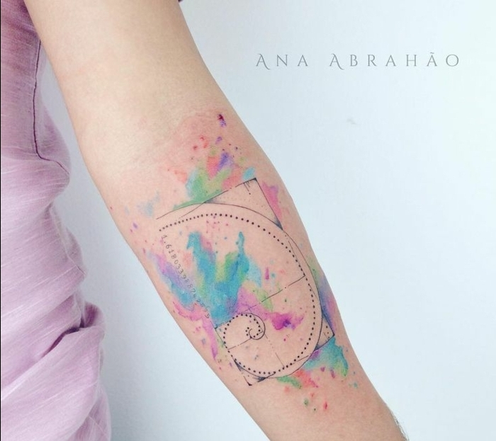 precioso diseño con acuarela, motivos gráficos con manchas de color en tonos pastel, ideas de tatuajes para mujeres en el brazo