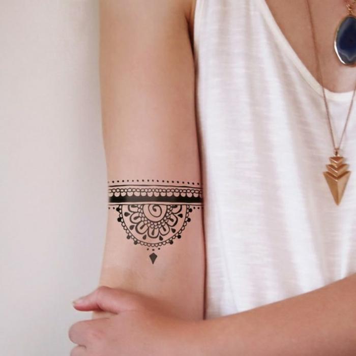 precioso brazalete en el brazo hecho con tinte negro, ejemplos de tatuajes para mujeres en el brazo tendencias 2018
