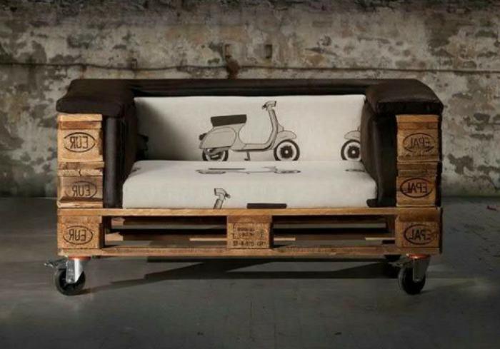 peque;o sillon hecho de palets en ruedas con estampados divertidos, muebles hechos con palets ideas creativas