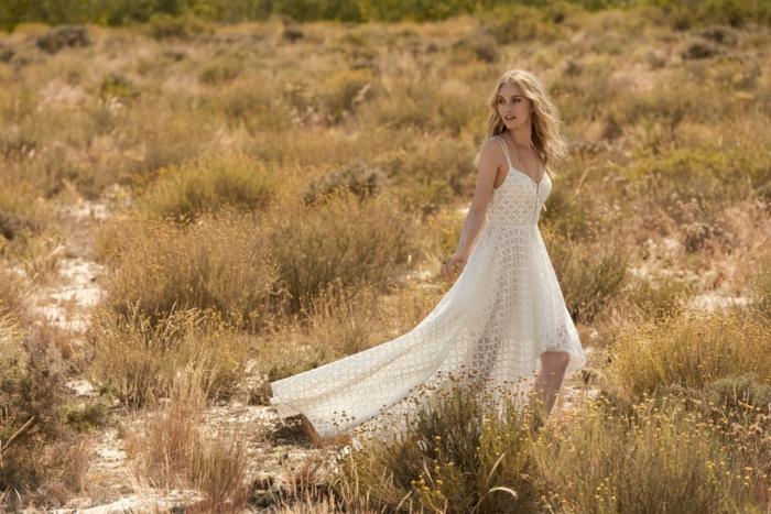 propuestas de vestidos hippies para una boda, corte de vestido original con falda asimétrica color marfil