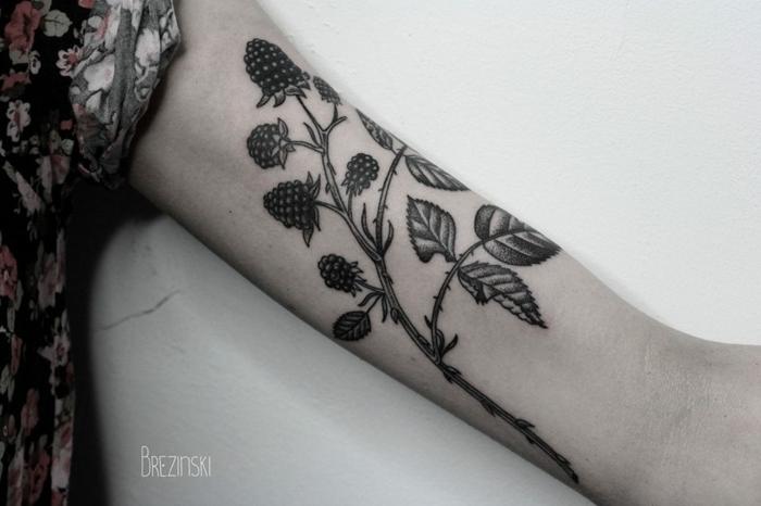 tendencias tatuajes de mujer 2018, brazo con grande dibujo de frambuesas en negro, tatuajes originales en el brazo