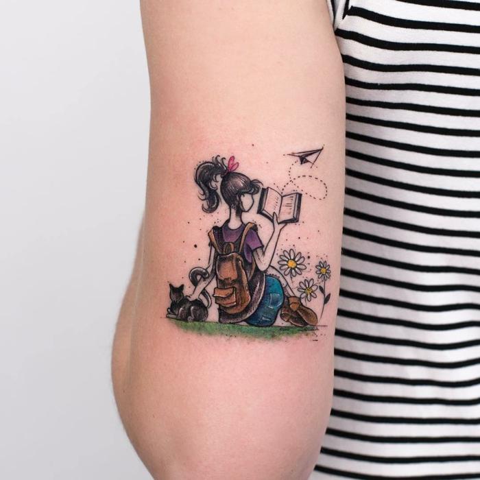 preciosos diseños de tatuajes en color, bonito dibujo de una niña leyendo con un gato, tendencias tatuajes 2018