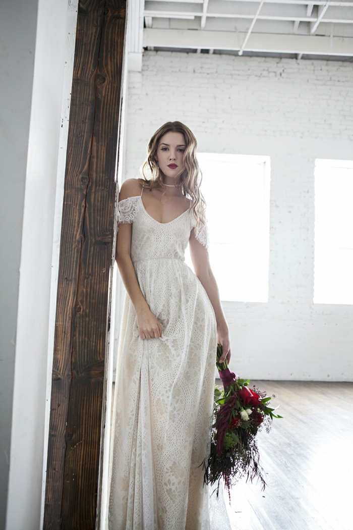 preciosa propuesta de vestido en color champán con hombros descubiertos, pelo suelto ondulado, vestidos hippies modernos