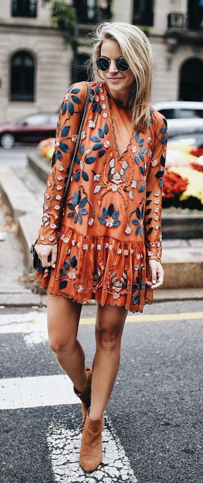 ideas ropa boho chic, vestido corto maxy en color naranja con estampados de grandes flores en azul