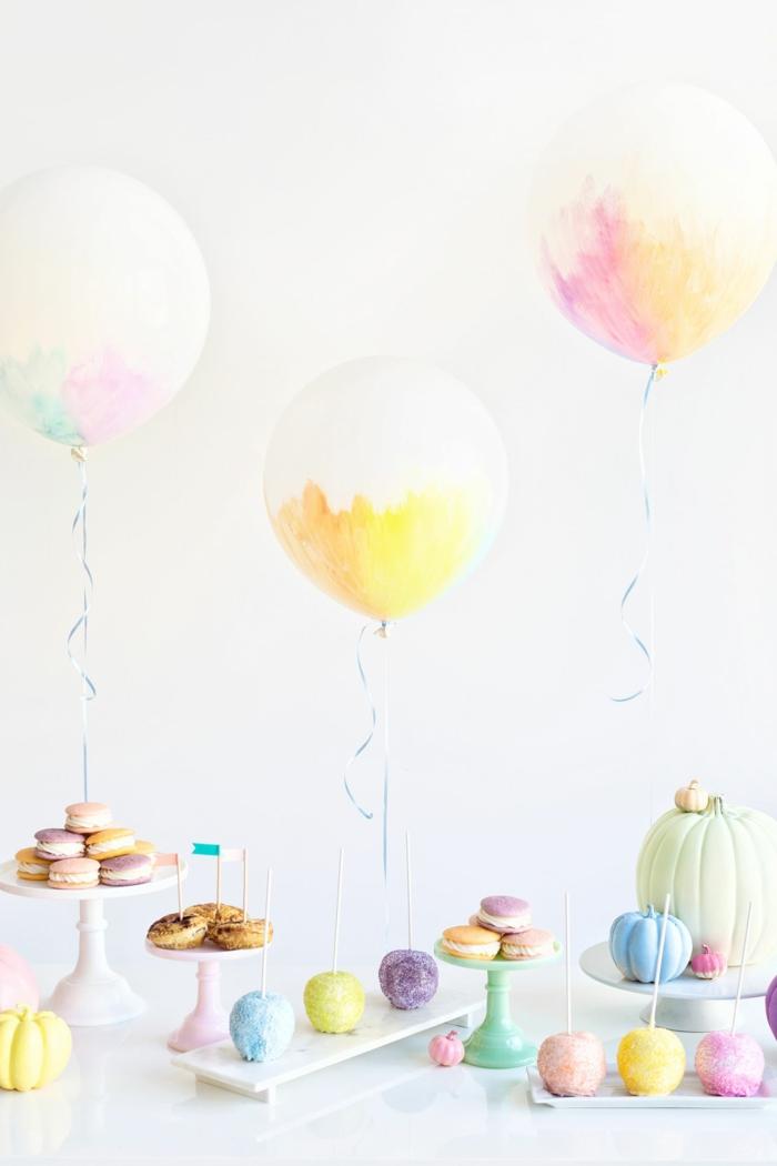 ideas de manualidades para cumpleaños con globos, globos blancos con decoración en colores pasteles, pequeños detalles y macarons en tonos pastel