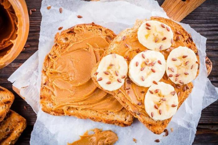 tostada con mantequilla de cacahuete, platano y semillas, ideas de desayunos y cenas ligeras paso a paso