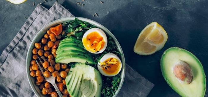 variantes de cenas ligeras, ensalada con garbanzos, aguacate y huevos hervidos, nutrientes saludables