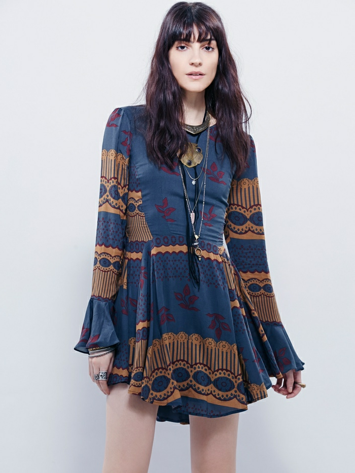 ideas originales vestido boho, vestido corto en azul con detalles en beige y rojo, largas mangas y pelo suelto