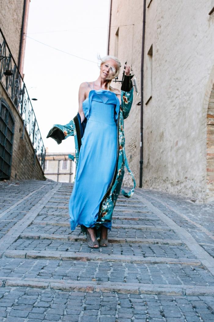 vestido boho en azul con hombros descubiertos, corte recto, ideas vestido de verano en estilo hippie chic