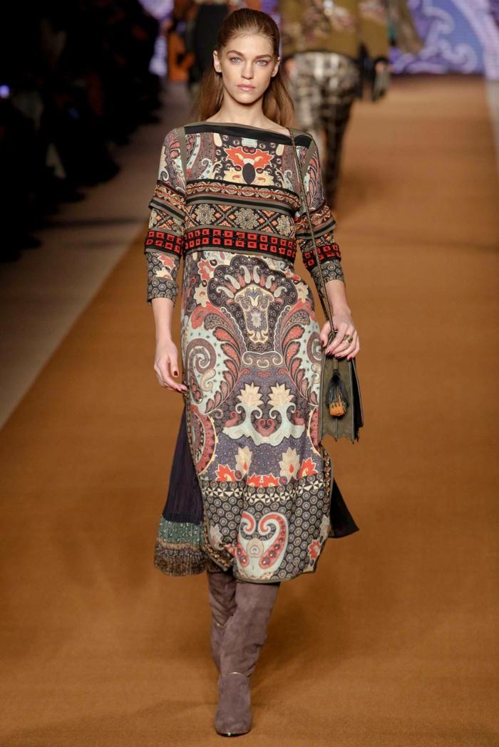 vestido boho original con motivos étnicos, corte recto con largas mangas en beige y rojo, pelo semirecogido peinado hacia atrás