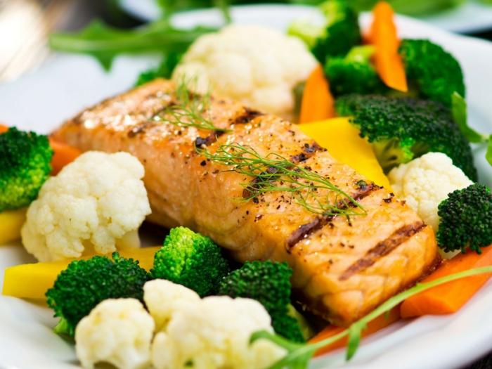 salmón a la plancha adornado con legumbres al vapor, colifrol, brócoli y zanahoria, ejemplos de cenas ligeras