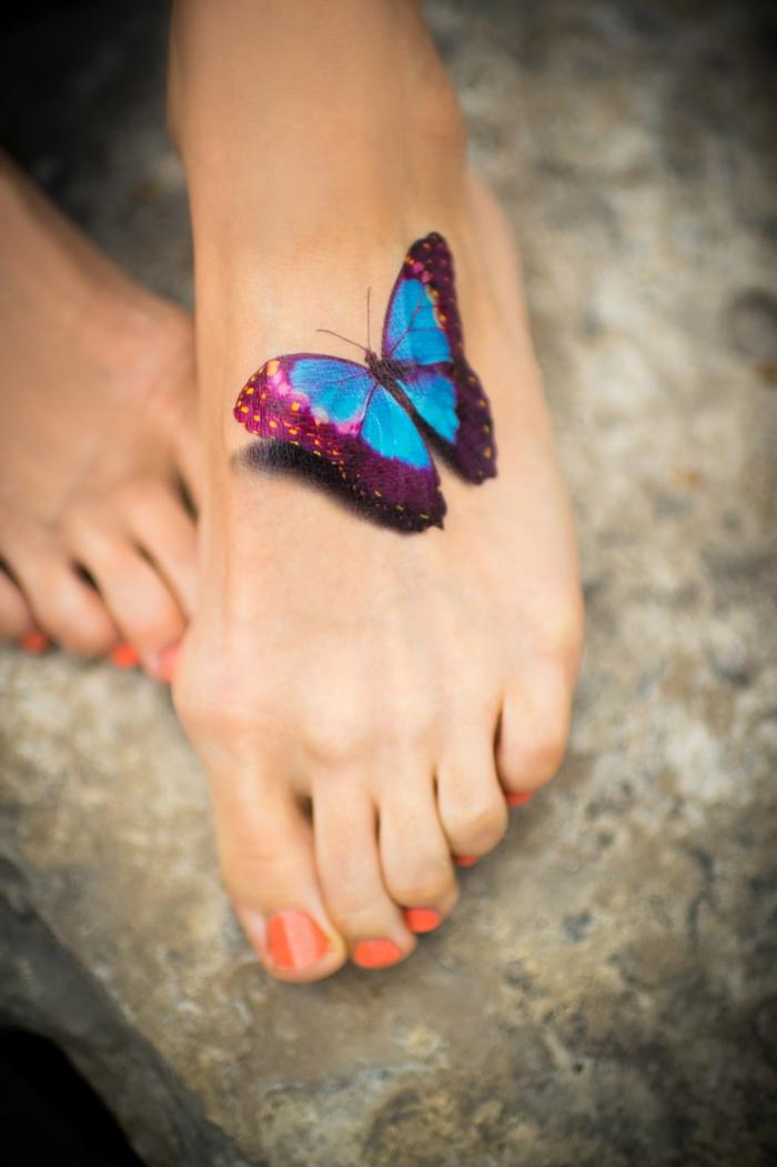 diseños de tatuajes colorido, tatuaje de mariposa en la pie en azul y morado, ideas de tatuajes mujer