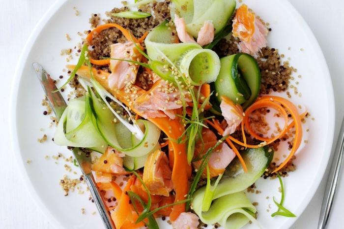 ensalada de quinoa y aguacate sabrosa, quinoa blanca y negra cocida, rebanadas de pipinos y zanahorias