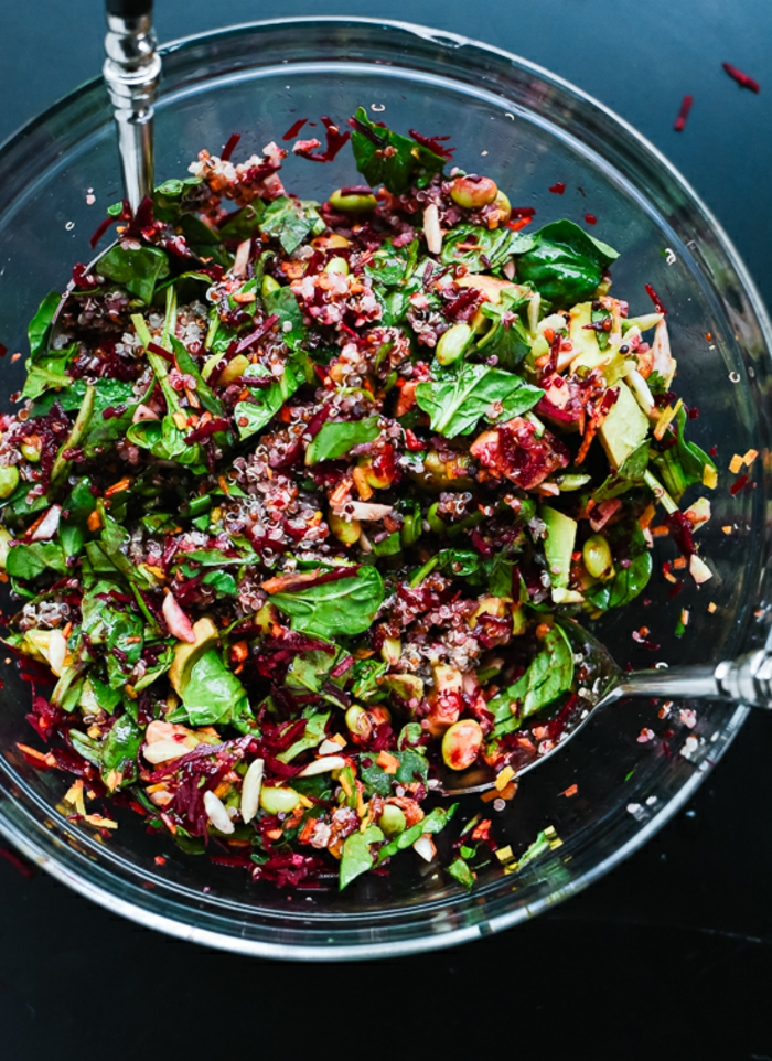 ensalada rica en vitaminas con espinacas, remolacha quinoa y maiz, ensalada de quinoa y aguacate paso a paso