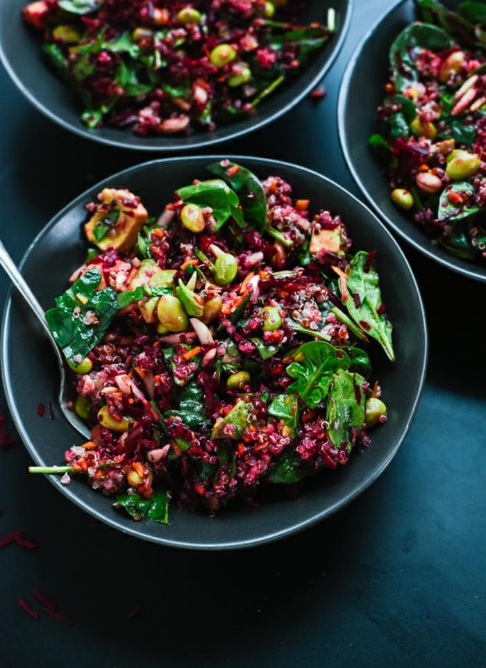 sabrosa propuesta de ensalada de quinoa y aguacate, ensalada con muchas vitaminas, remolacha, espinacas quinoa y verduras