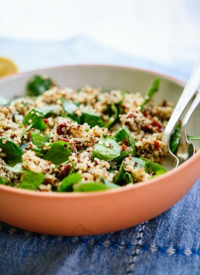 ideas de recetas saludables y faciles con quinoa, ensalada con quinoa blanca, espinacas y tomates secados al sol