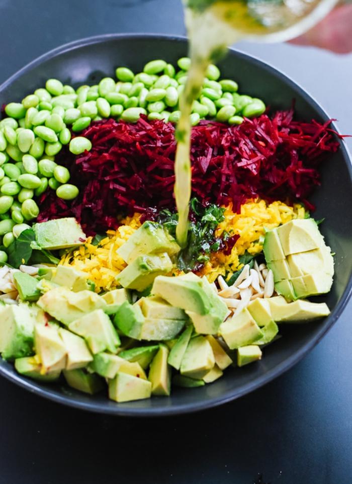 ideas de ensalada de quinoa y aguacate, trozos de aguacate, remolacha, ralladura de limones, guisantes y jugo de limón