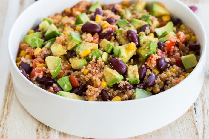 quinoa roja cocida con trozos de aguacate y frijoles negros, ensalada de quinoa y aguacate paso a paso