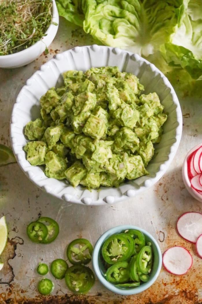 plato con trozos de pollo con salsa verde hecha de aguacate, ajo y jugo de limón, cenas ligeras paso a paso