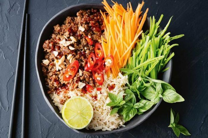 plato con carne picada, arroz blanco suelto y palitos de zanahorias y pimientos verdes, recetas de cocina faciles paso a paso