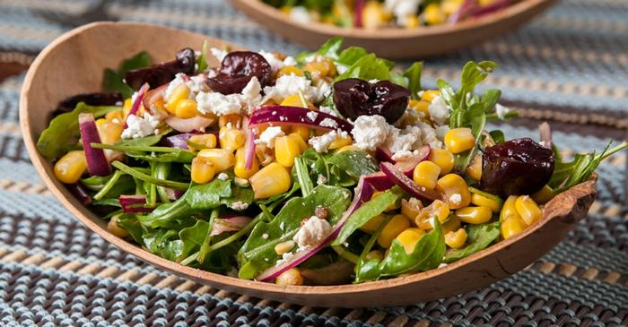 ensalada saludable de espinacas, maíz, cebollas, queso blanco y tomates secados al sol, recetas de cocina faciles y sanos