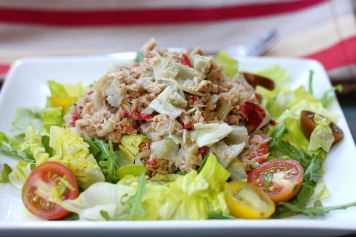 ensalada de atún con lechuga fresca y tomates cherry, recetas de cocina faciles para cenar y almorzar