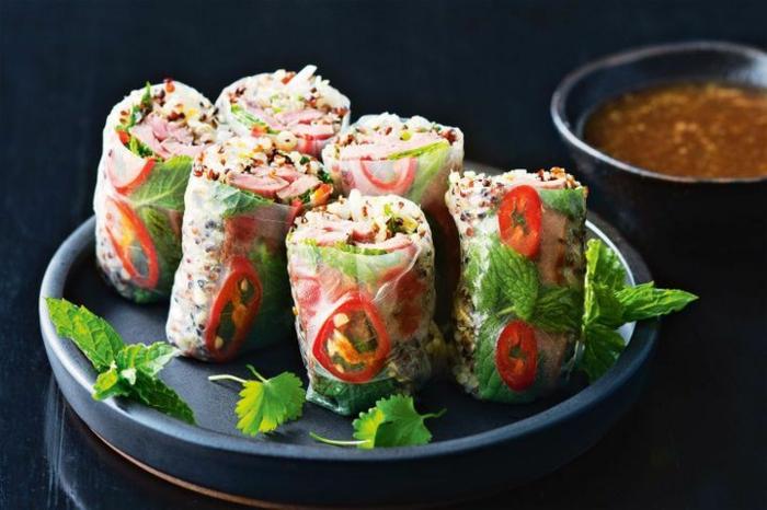 simpáticos envueltos con verduras y quinoa, recetas saludables y faciles paso a paso, hojas de menta y pimientos rojos