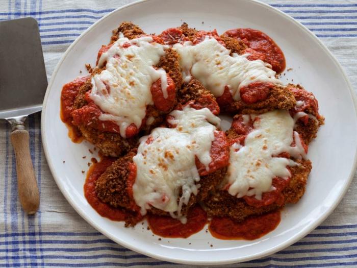recea de escalopes con salsa de tomate y parmesano, ejemplos de recetas de cocina faciles y bajas en calorias