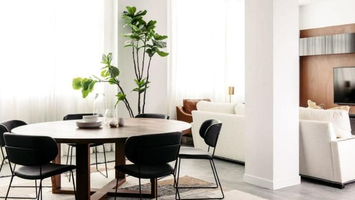 comedor de encanto con mesa oval abierto al salón decorado en colores claros, decoracion salon pequeño ideas y trucos