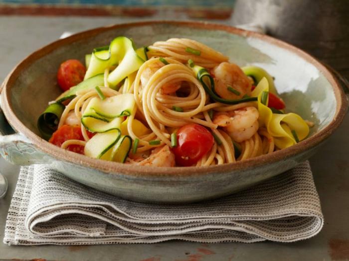 ensalada fresca con espagueti, pepinos, tomates y gambas, ideas de recetas de cocina faciles y sanas