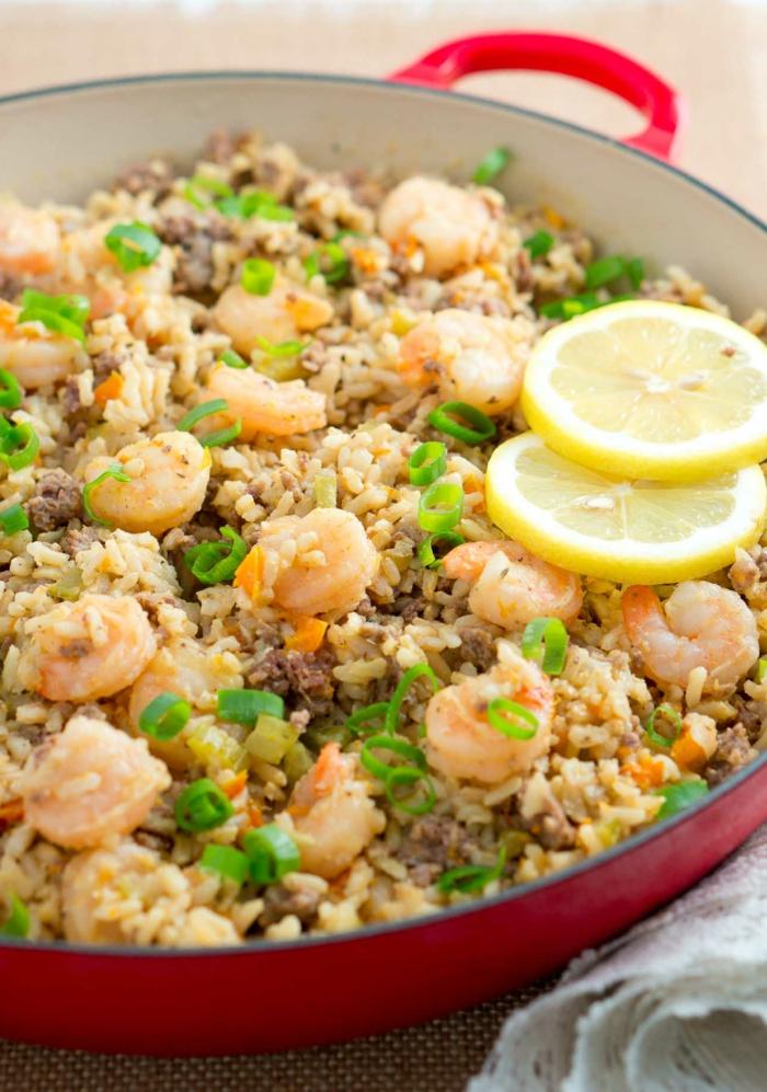 aaroz con gambas, recetas de cocina faciles con mariscos, arroz con carne picada, gambas y cebolla verde