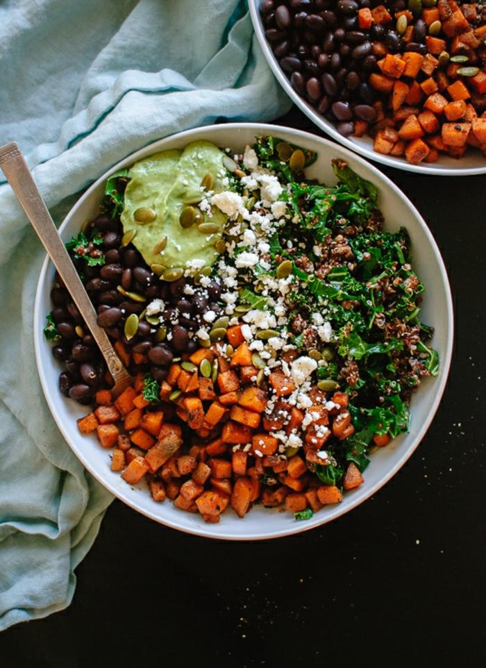 ensaladas rica en vitaminas y muy sabrosas, recetas saludables y faciles con quinoa, frijoles negros, zanahorias, salsa de aguacate y espinacas
