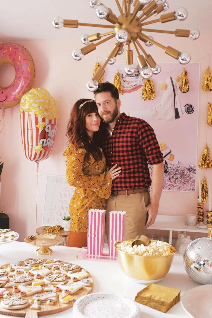 ideas para cumpleaños divertidas y originales, salón moderno con paredes en color rosa decorado con globos