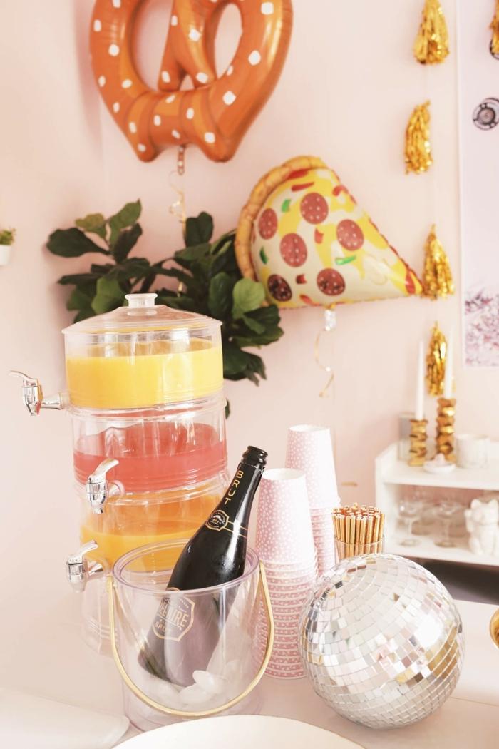 salón moderno con decoración de globos, ideas para cumpleaños originales, mesa con botella de champán y otras bebidas