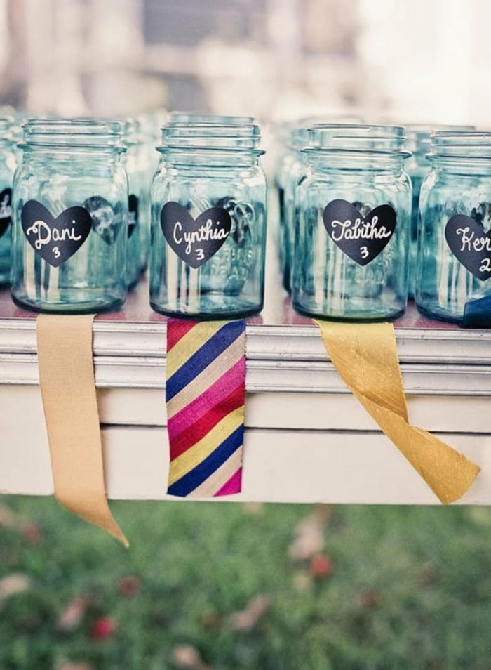 frascos de cristal decorados con nombres, ideas originales con botes de vidrio, decoración bonita DIY