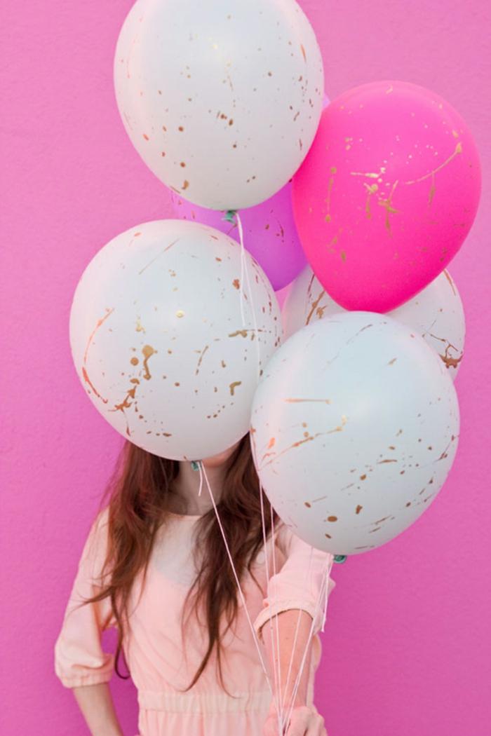 ramo de globos en colores pasteles decorados con pincel en dorado, manualidades con globos fáciles de hacer
