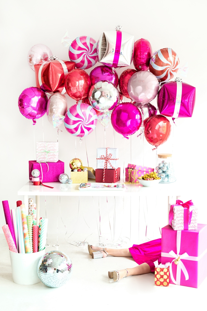 coloridas y bonitas ideas para cumpleaños, globos brillantes en color plata y fucsia, salón en blanco decorado para una fiesta