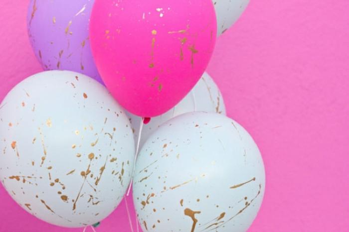 bonitos globos de cumpleaños en un solo color con decoración en dorado hecha a mano, ideas creativas para decorar la casa