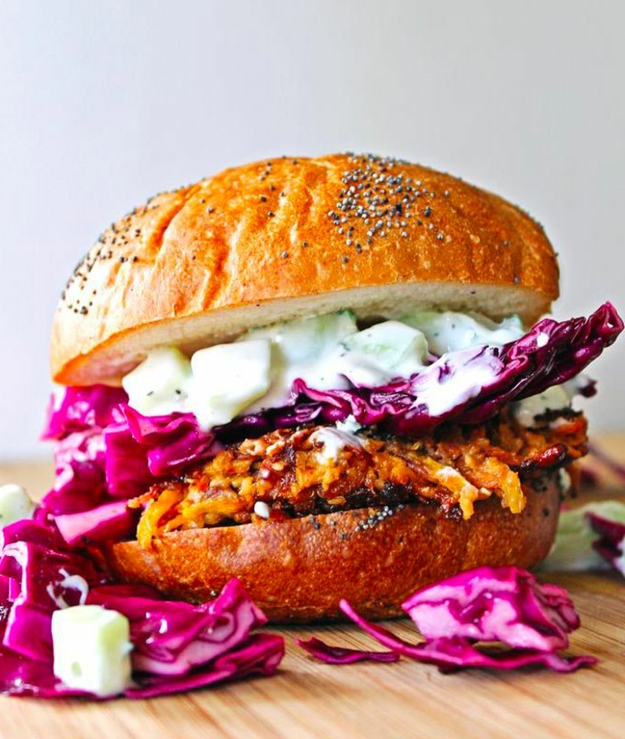 hamburguesa de encanto hecha de quinoa con col rojo y mayonesa vegana, recetas saludables y faciles veganas