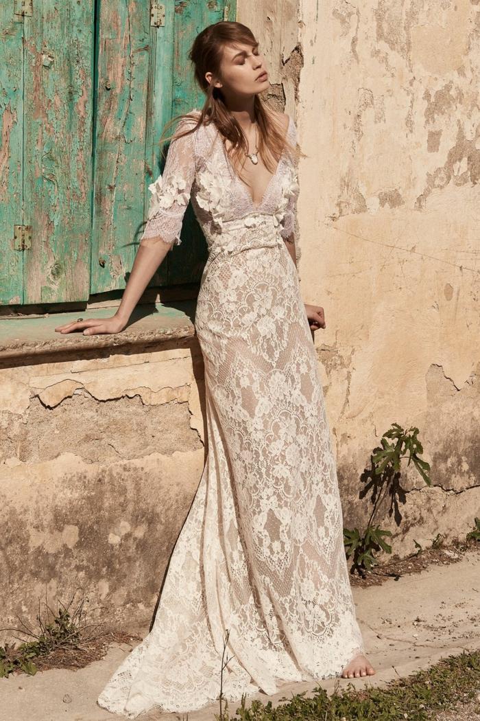 vestido de encanto color marfil hecho de encaje, tela semitransparente y escote en v, vestidos de novia hippies bonitos