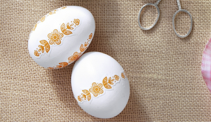 preciosa decoración para la primavera, como hacer huevos de pascua DIY, bonita idea con pegatinas bonitas y sencillas con motivos florales