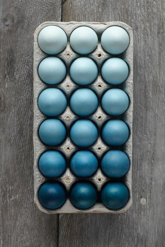 huevos ombre coloreados en los diferentes tonos del azul, decoración original y elegante para la Pascua