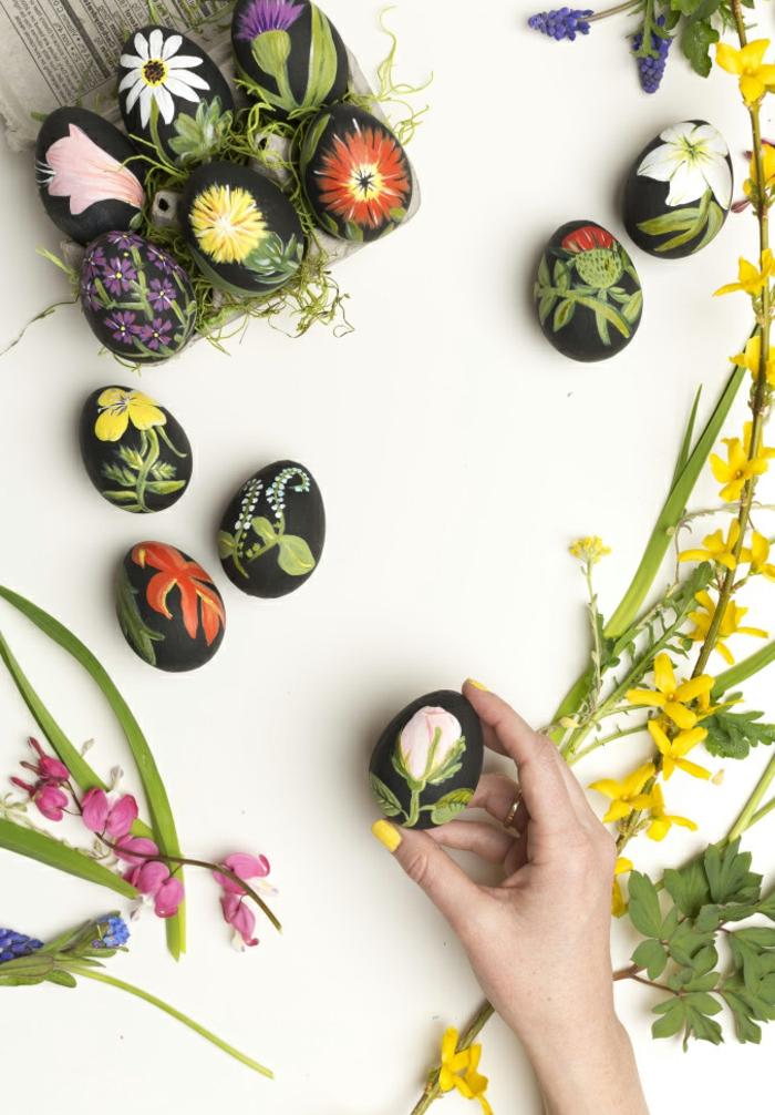 decoración original de huevos pintados en negro decorados con motivos florales, como decorar huevos de pascua paso a paso